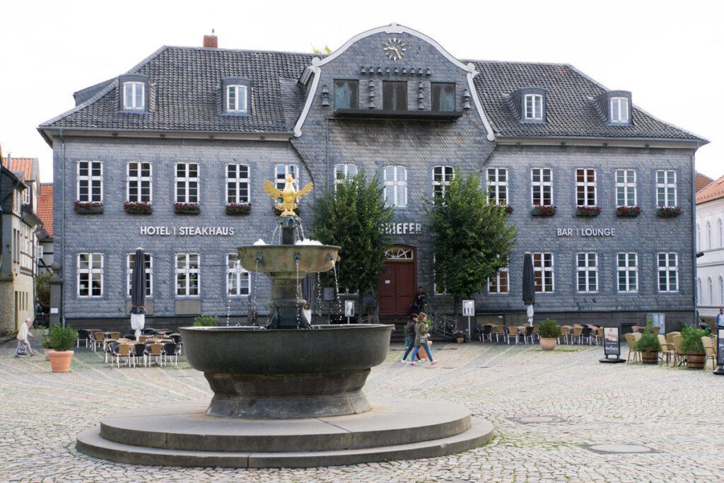 Marktplatz von Goslar mit Blick auf den Brunnen und das Glockenspiel