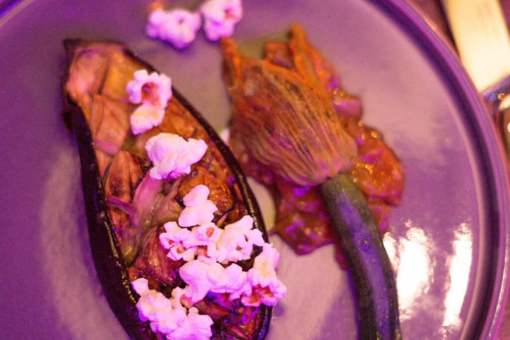 Essen im The Hearts Hotel: Miso-Aubergine mit Popcorn und gefüllte Zucchiniblüte