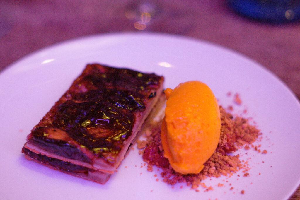 Dessert im The Hearts Hotel: Pflaumenschnitte mit Mangosorbet